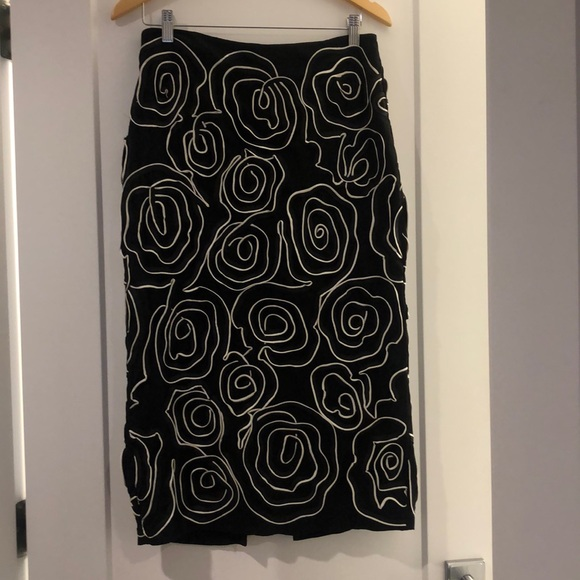 H&M Dresses & Skirts - Black and white fitted midi swirl pattern skirt